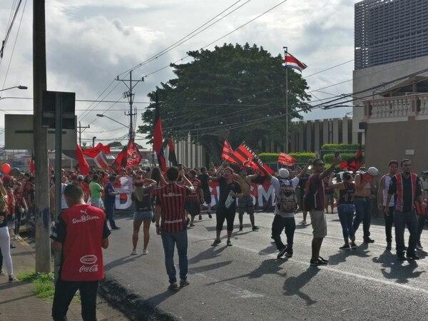 Los seguidores de la Liga realizaron este sábado un desfile desde el centro de la provincia hasta el Morera Soto por sus años. Foto Sergio Alvarado