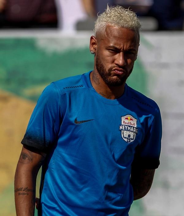 El polémico delantero estrenó color de cabello. AFP