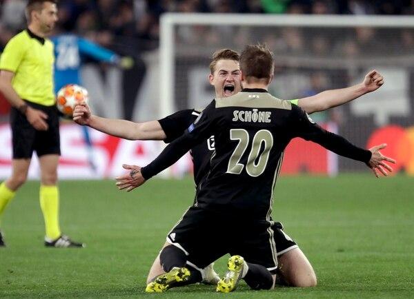 La alegría de Matthijs de Ligt y Lasse Schone es un reflejo de como juega este cuadro del Ajax. (AP Photo/Luca Bruno)