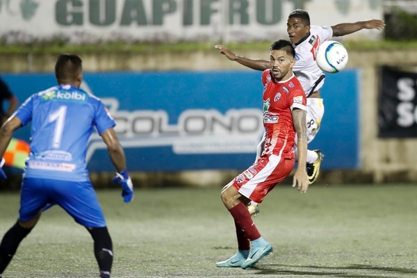 Juan Diego Madrigal (de rojo) solo vio como la bola cruzó la portería y se clavó en su marco para el 2-0 que marcó Allan Cruz. Fotografía José Cordero