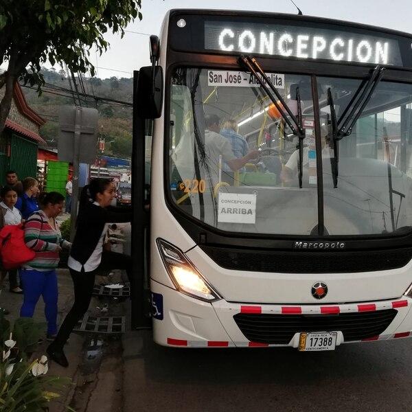 La ruta de Concepción Arriba y Abajo de Alajuelita, comenzó este 22 de febrero con una nueva empresa que puso 19 buses nuevos y mantiene el mismo precio del pasaje, 220 colones. Foto Eduardo Vega Arguijo.