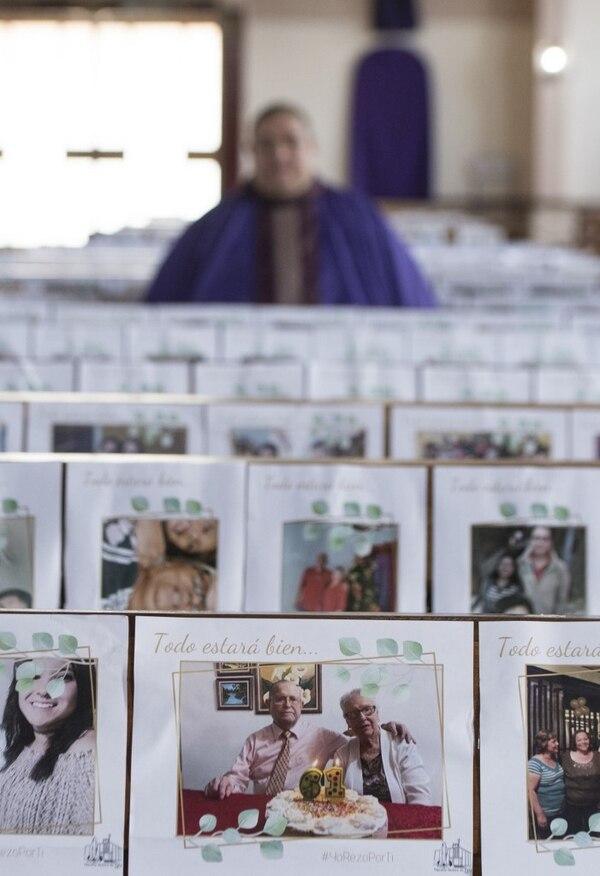 Desde los más pequeñitos de la casa hasta los abuelitos están en las bancas de la parroquia Nuestra Señora de Fátima. Foto AFP.