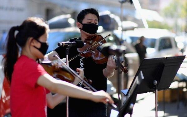 Los artistas no avisan dónde tocarán, de pronto sacan sus instrumentos y deleitan a la gente. (Photo by Angela Weiss / AFP)