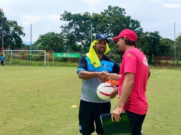 Andrés Carevic visitó este martes a la Asociación Deportiva Rosario y al técnico Rodolfo Rodríguez. Foto: Facebook AD Rosario.