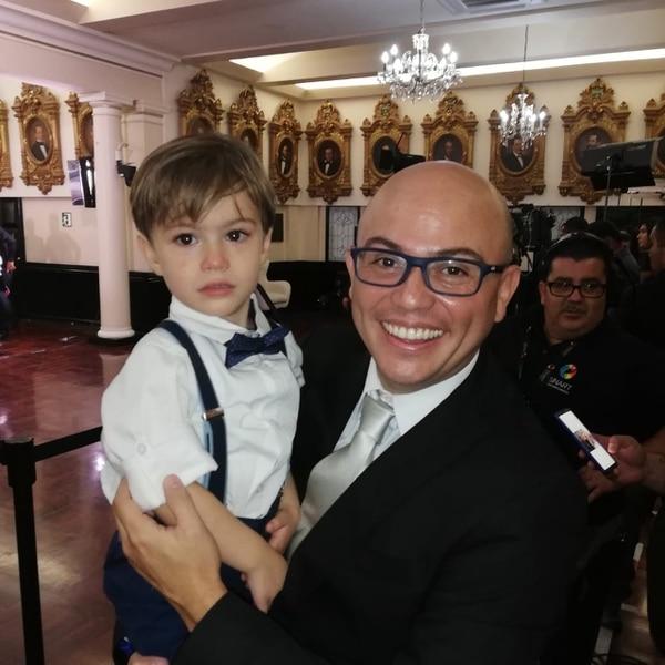 El actor Mauricio Astorga es hermano de Carlos Ricardo Benavides y este 1° de mayo lo acompañó en la Asamblea, donde le tocó chinear a su sobrino Andrés.