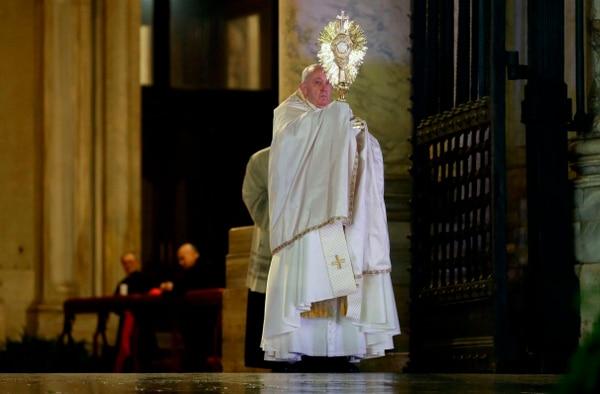 Francisco dio la bendición con el Santísimo. AP