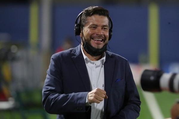 El periodista Gustavo López dice que goza cada vez que le toca estar en cancha. Fotografia: John Durán