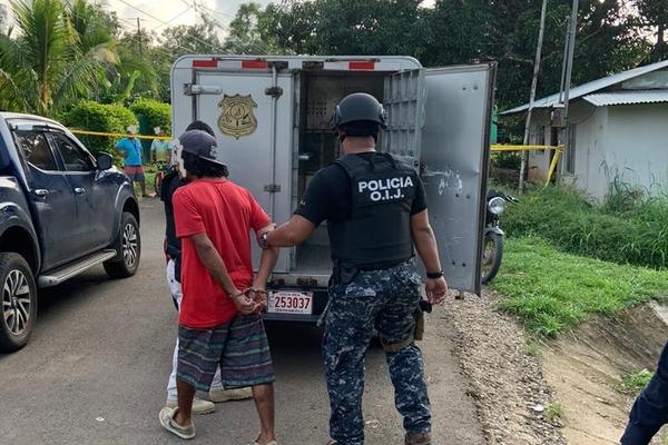En barrio Los Mangos de Cóbano, el OIJ capturó al sospechoso y le decomisó un arma de fuego. Foto: Cortesía OIJ.