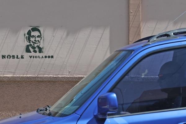 Un grafiti en el centro de San José dice la palabra violador, con la figura de Óscar Arias. Fotografía: John Durán