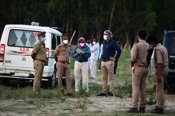 Los pobladores aseguran que viven con miedo y que la mayoría está contagiado . (Photo by SANJAY KANOJIA / AFP)