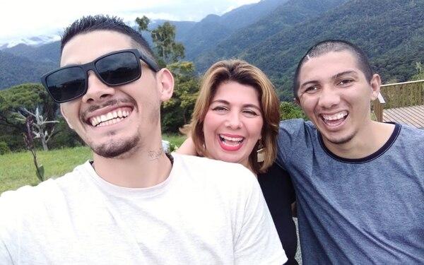 Jeaustin (izquierda) y Lady agradecen a Dios cada avance en la recuperación de Tony. Foto: Cortesía de Lady Hernández.