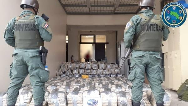 Los oficiales decomisaron tonelada y media de marihuana. Foto: MSP