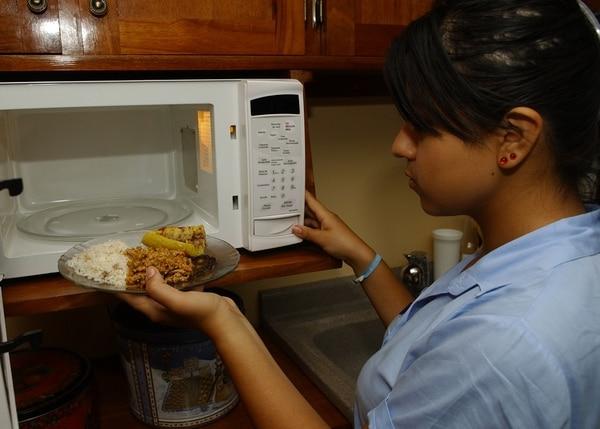 Por mucho tiempo se creyó que el peligro de recalentar la comida se debía a las ondas que transmite el microondas.
