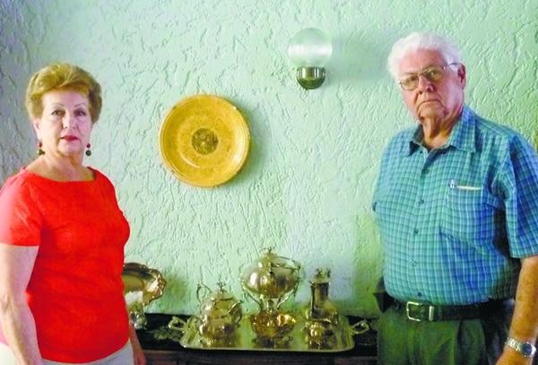 Don Johnny Amerling, nieto de doña Luisa Otoya, es el papá de don Wálter y quien le transmitió la historia de amor que durante años se cuenta en la familia, en la foto le acompaña su esposa, doña Irma Cecilia Quesada. Archivo.