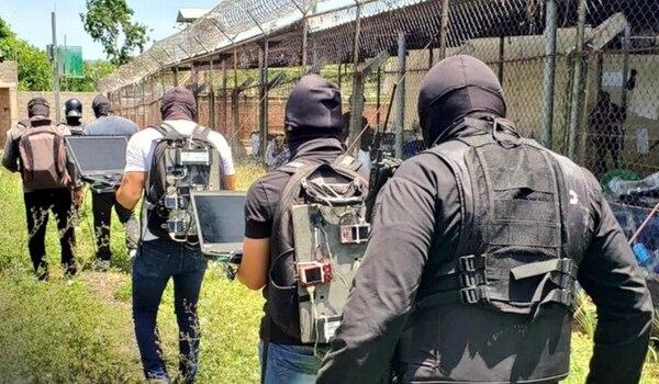 Un grupo de técnicos revisa a diario las cárceles en busca de alguna señal de celular. Foto: Dirección General de Centros Penales de El Salvador.