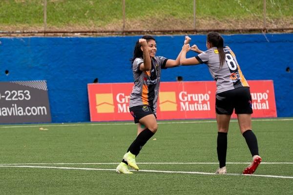 Dimas Escazú guardan todas las medidas sanitarias y no se abrazan en los goles. Foto: Dimas Escazú