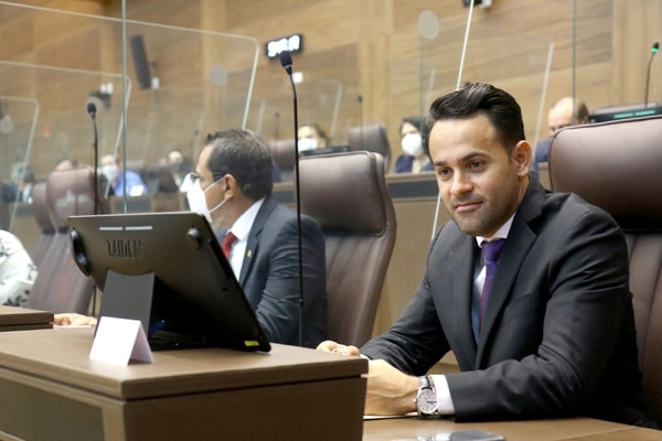 El joven legislador se divirtió con los memes que le han hecho por la similitud en los logos. Foto: Asamblea Legislativa