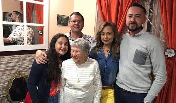 Doña Grace (centro) siempre fue alegre y muy cariñosa con su familia. Foto: Facebook.