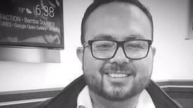 Video: Periodista Rándall Rivera se fue de pollo con broma en media entrevista
