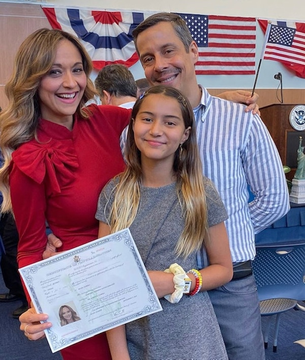 Verónica Bastos recibió la ciudadanía en compañía de su