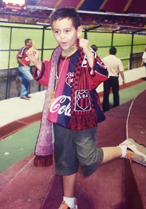 Esta foto es muy especial e histórica, esa fue la primera vez que Julián fue al estadio Alejandro Morera Soto. Foto: Cortesía