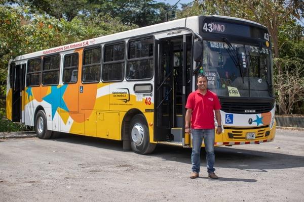 Este es el bus que el conductor usó para ayudar en la emergencia. Foto: José Cordero.