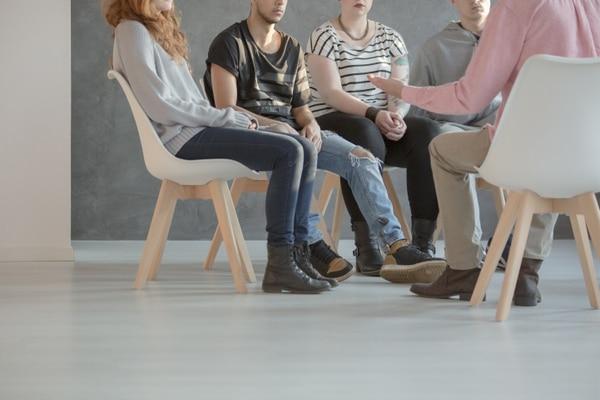 Las terapias grupales permiten que las personas expresen su sentir y se apoyen entre ellas. Con el paso de los años, cada vez más familiares quieren asistir. shutterstock.com.