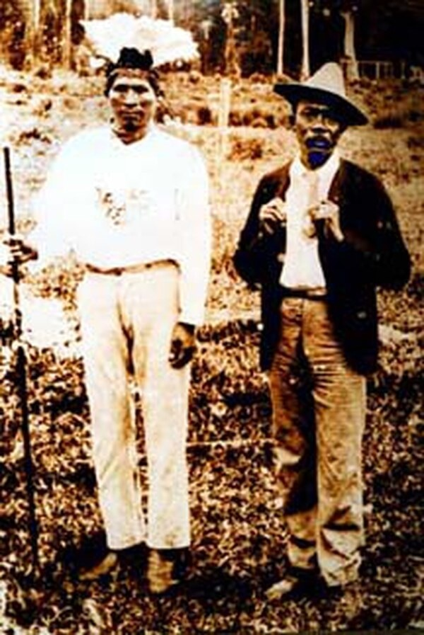 Antonio Saldaña, el último rey de Talamanca (izquierda) es igualito al dibujo del billete de 10 colones. Foto: Archivo