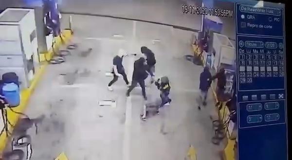 El pistero se puso de rodillas para evitar que le hicieran daño. Captura de pantalla.