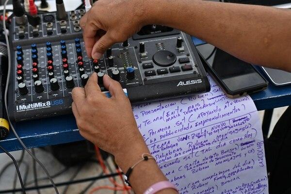 Lino Borges ayuda a ajustar el sonido para que llegue de la mejor manera. AFP