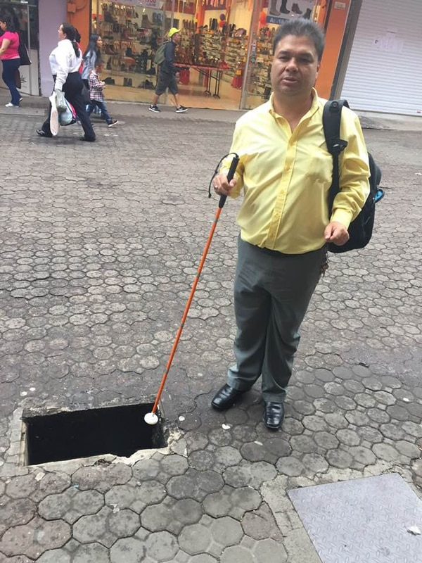 Erick Chacón Valerio muestra el hueco en el que cayó el jueves al mediodía en el centro de Chepe. Foto: Cortesía
