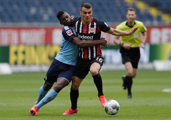 Lo que era lógico es que el contacto entre jugadores se diera, como sucedió en la mejenga entre el Borussia Moenchengladbach con su jugador Breel Embolo (izq) u Filip Kostic del Frankfurt. AFP