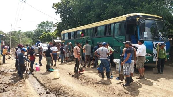 Los afectados no paran de limpiar sus casitas con ayuda de gente de otras comunidades. Foto: Julio Segura