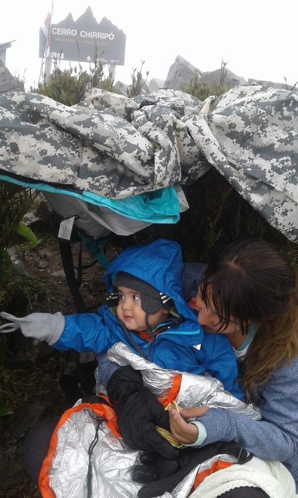 Miguelito y su mamita llegaron a la cumbre y la disfrutaron por un buen rato. Cortesía Aturena.
