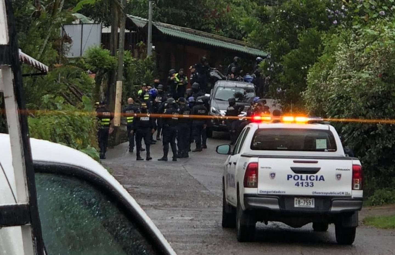 Delincuentes encerraron a dos policías dentro de camión en propiedad en el cantón de Mora. Foto cortesía.