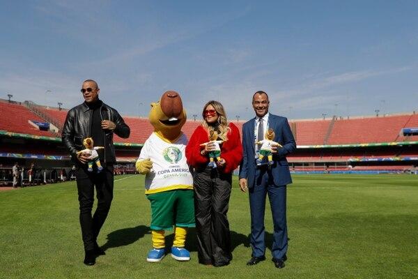 El exfutbolista estuvo junto al cantante brasileño, Leo Santana, la cantante, Karol G en la Copa América. (AP Photo/Andre Penner)