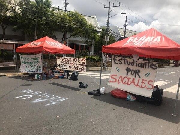 Desde el jueves, los estudiantes bloquean las vías con toldos, mantas y ponen música. Foto: Comunicación UNA.