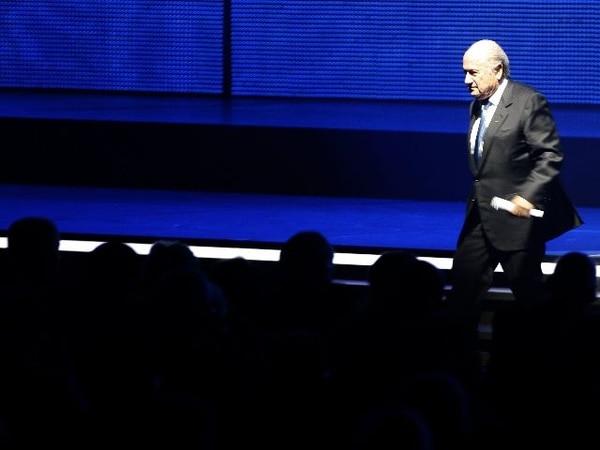 A Joseph Blatter le sigue saliendo problemas por sus malos manejos en FIFA. AFP