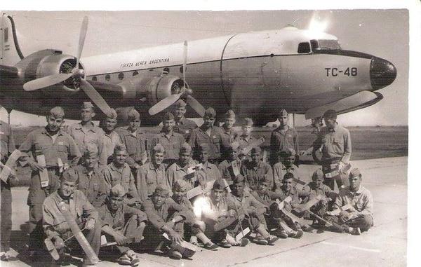 Las familias de los 69 cadetes mantienen la esperanza de encontrar el avión.