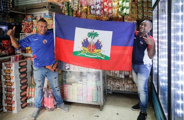 Luters Fleurilus, trabajador de la distribuidora Puerto Príncipe, y Jackson Vilme, dueño del negocio, le tiene bastante fe a su selección para este lunes. Foto Jeffrey Zamora