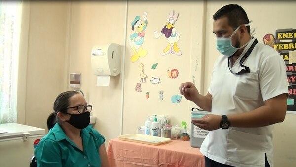 Naún Arias lleva esperanza con la vacuna a los asegurados del la zona sur. Foto: Cortesía.