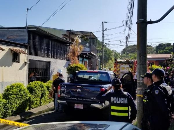 Decenas de vecinos llegaron a intentar ayudar en medio de la tragedia. Foto: Francisco Barrantes.