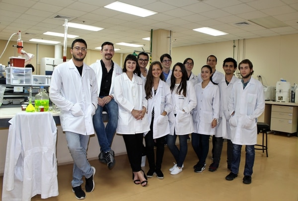Christian Marín Müller (sedentary) and his team consisting of doctors, biologists, biotechnologists, chemists and engineers. Courtesy Cenat