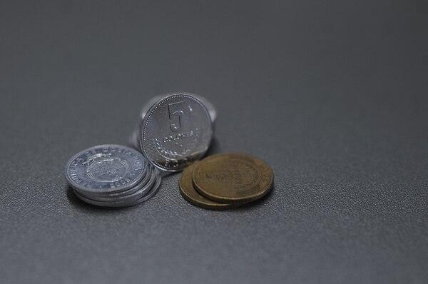 En el país circulan 715 millones de monedas de ¢5 (cinco colones). Jorge Navarro.