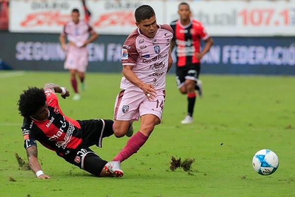 En muchos partidos Porfirio López se ha visto lento y ese es uno de los puntos bajos de la defensa manuda. Foto: Rafael Pacheco
