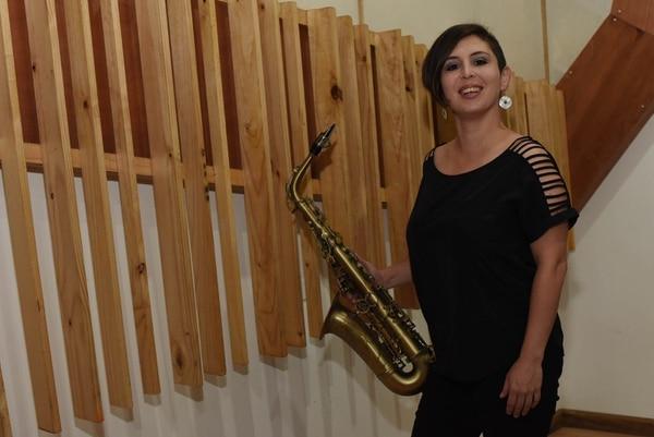 Ivannia Morales toca el saxofón. Foto: Carlos González
