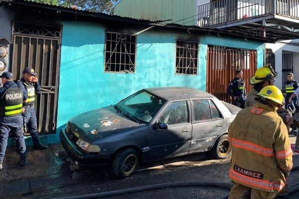 El fuego inició cerca de la puerta de la casa y se extendió rápido por la sala, por lo que las mujeres no pudieron salir. Foto: Bomberos.