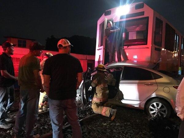 El tren arrastró el carro y el conductor quedó prensado. Foto: Bomberos