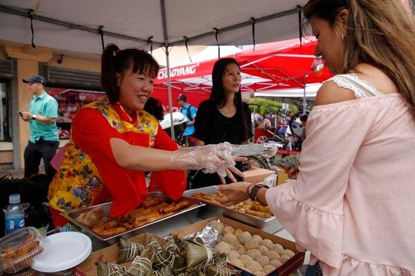 Las comidas típicas chinas podían degustarse en el bulevar del barrio Chino a buenos precios. En la foto Lucy Pan, vendedora. Foto: Mayela López