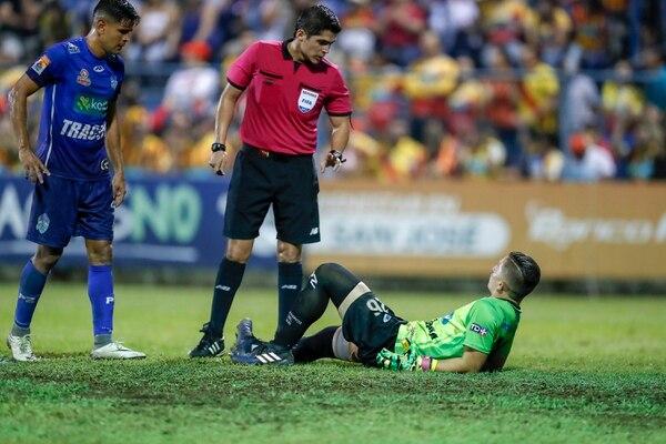 En la fase final del torneo pasado, no era raro que Bryan se tirara al piso para recibir asistencia porque su pierna estaba muy mal. Fotografía José Cordero